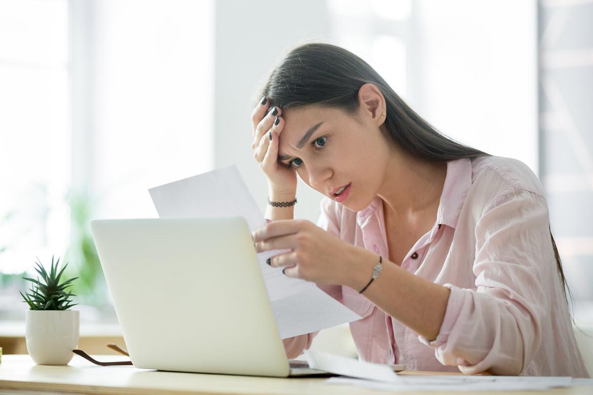 mujer mirando las facturas